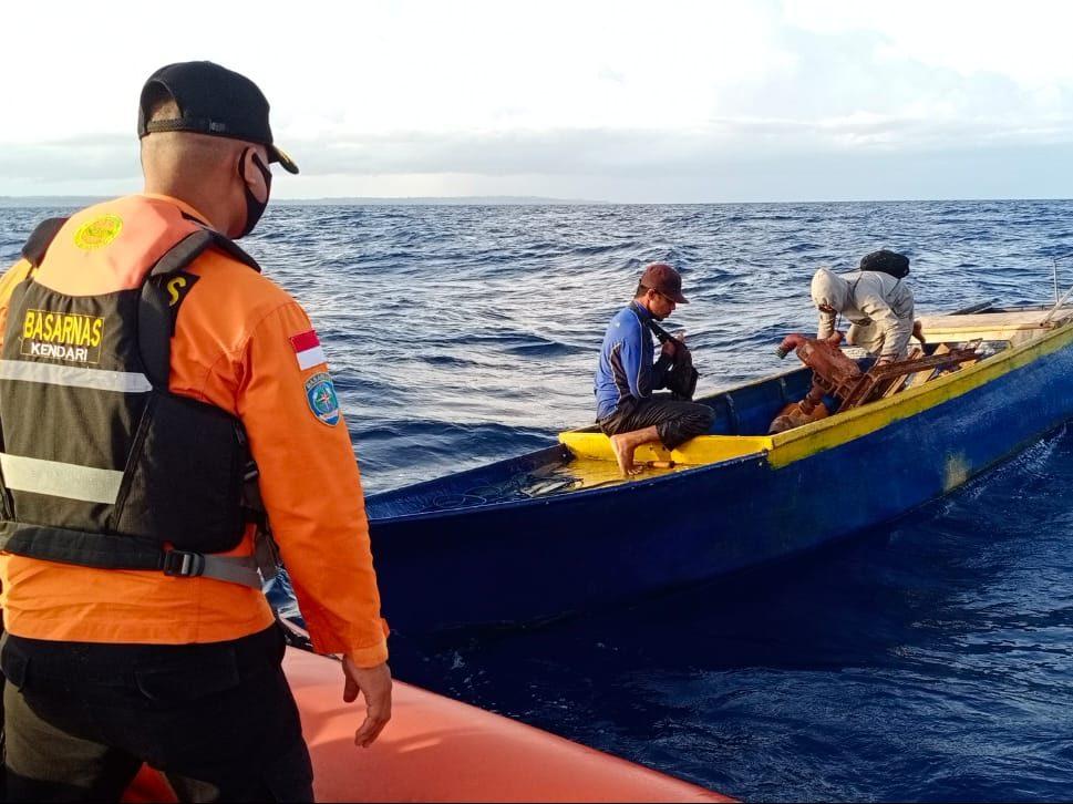 Operasi SAR Satu Buah Longboat Mati Mesin di Perairan Buton, Dua Orang Selamat