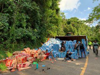 Truk Bermuatan Air Minum Dalam Kemasan Terbalik di KM 18 Kolaka