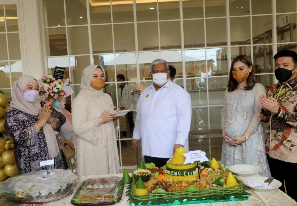 Gubernur Sultra, Ali Mazi bersama para Owner Ameno Aesthetic Clinic.