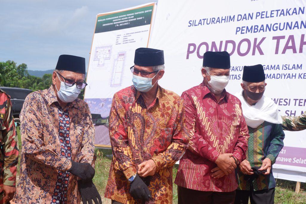 Ketua PW Muhammadiyah Sultra, Ahmad Al Jufri (kiri) dan Wakil Gubernur Sultra, Lukman Abunawas (kanan) bersiap melakukan peletakan batu. Foto: Humas UM Kendari. (5/6/2021).