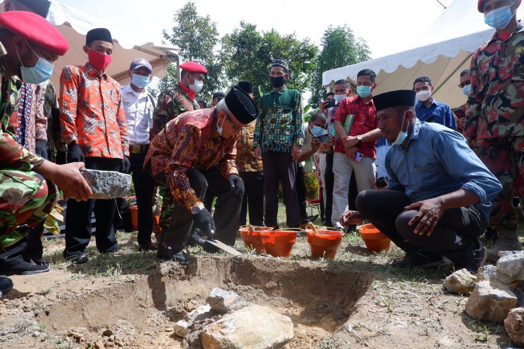 Peletakan batu oleh Wakil Gubernur Sultra, Lukman Abunawas. Foto: Humas UM Kendari. (5/6/2021).