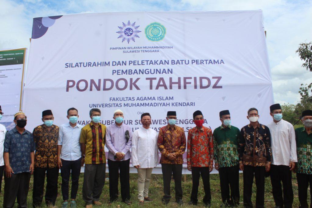 Foto bersama di lokasi pembangunan Pondok Tahfiz FAI UM Kendari. Foto: Humas UM Kendari. (5/6/2021).