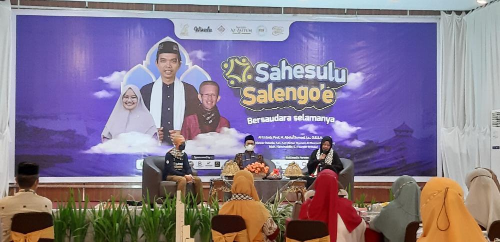 Ustaz Abdul Somad (tengah) bersama masyarakat Kendari.