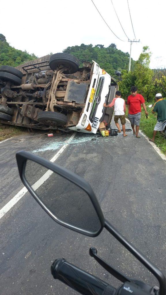 Warga sekitar lokasi kejadian saat mengevakuasi sopir truk yang terguling di Desa Mataiwoi, Kecamatan Ngapa, Kolaka Utara. Foto: Istimewa.