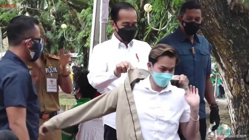 Sapa Jokowi, Seorang Youtuber di Kendari Dihadiahi Jaket Bomber