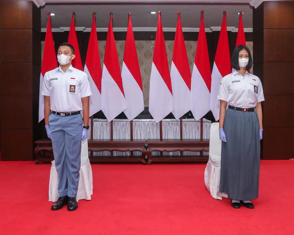 Dua orang anggota Pasukan Pengibar Bendera Pusaka (Paskibraka) Nasional utusan Provinsi Sulawesi Tenggara (Sultra), Aditya Arya Anandtha Bahtiar, dari SMA Negeri 1 Kendari dan Ainun Jahria ismail, yang berasal dari SMK Negeri 3 Baubau.