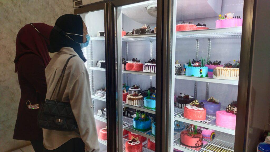 Pelanggan Asia Baru Cake & Bakery Kendari.