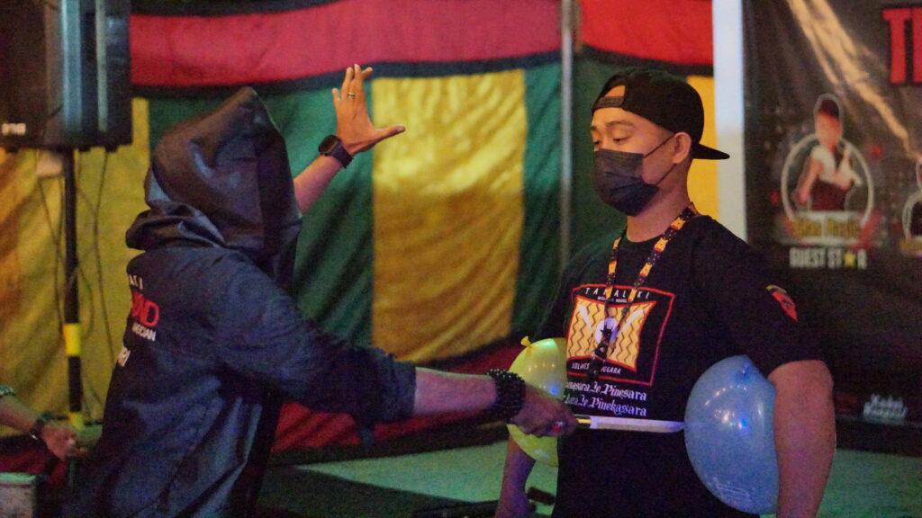 Aksi sulap menegangkan Eza Magician menggunakan pisau. Foto: Wira Muhammad Rafli/Kendariinfo. (4/9/2021).