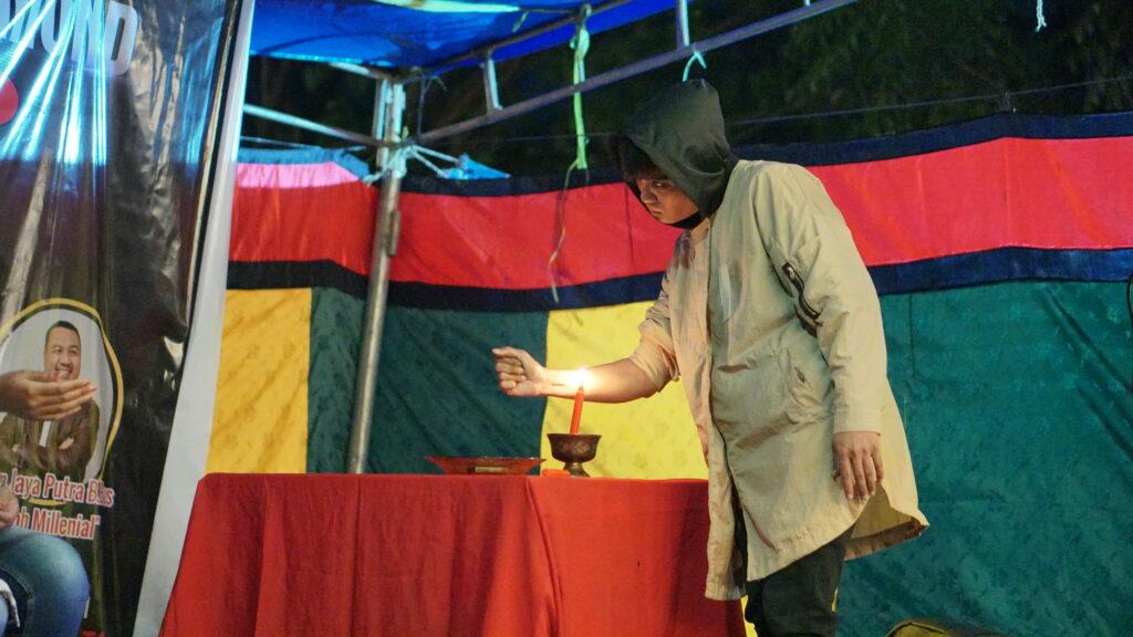 Aksi sulap pesulap bernama Azryn dengan membakar tangannya. Foto: Wira Muhammad Rafli/Kendariinfo. (4/9/2021).