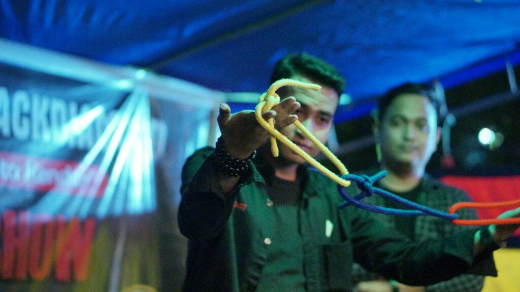 Eza Magician saat tampil sulap menggunakan tali. Foto: Wira Muhammad Rafli/Kendariinfo. (4/9/2021).