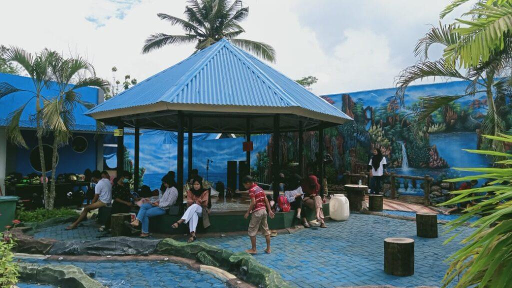 Pengunjung Lalonona Park 2 sedang duduk di pendopo.