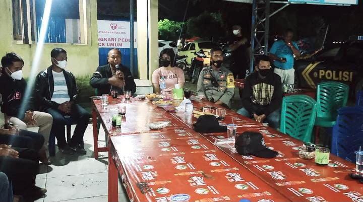 Kapolres Kendari, AKBP Didik Erfianto berdialog dengan pedagang di Kendari Beach.